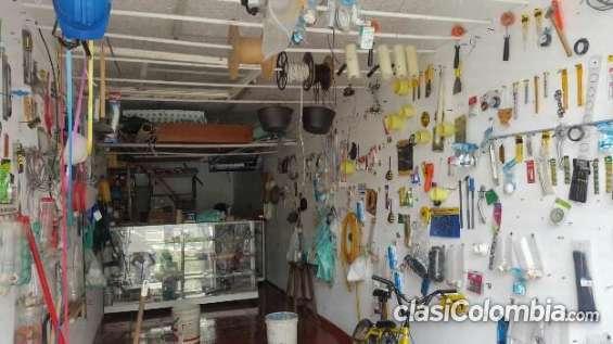 Casi nuevo venta de materiales de ferretería y vitrinas en muy buenas condiciones.